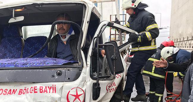 Tırla çarpışan kamyonette sıkışan sürücü itfaiye ekiplerince çıkartıldı
