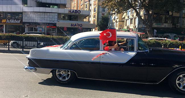 """Klasik otomobillerden """"Yaşasın Cumhuriyet"""" konvoyu"""