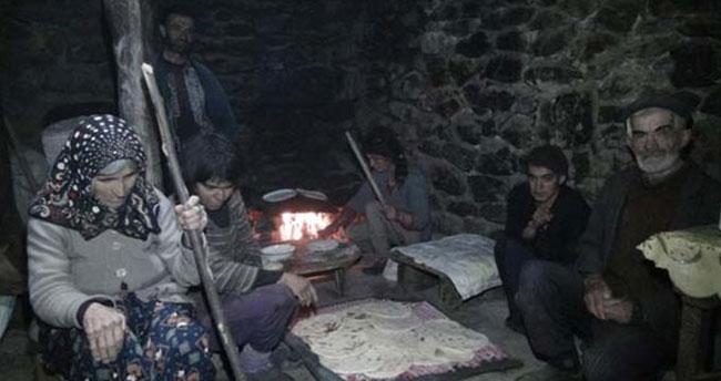 Türkiye'de mağara dönemini yaşıyorlar! İşte duyanları şaşkına çeviren aile