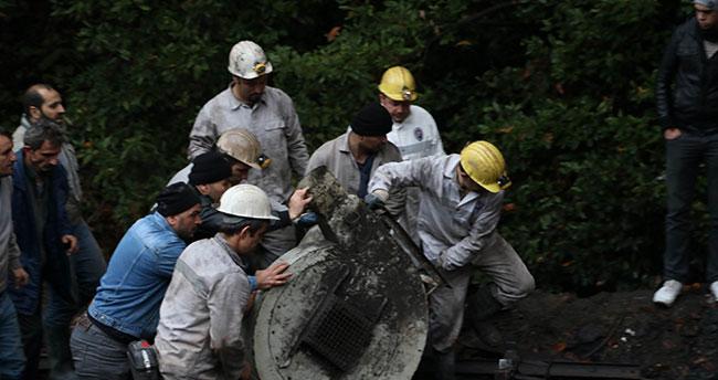 3 işçinin mahsur kaldığı madenin önündeki bekleyiş sürüyor