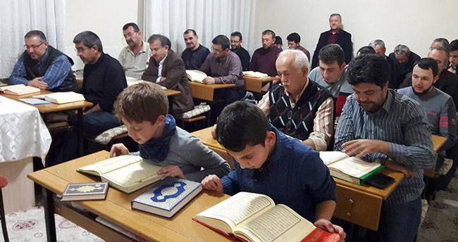 Kur'an-ı Kerim'i akşam kursunda ücretsiz öğreniyorlar