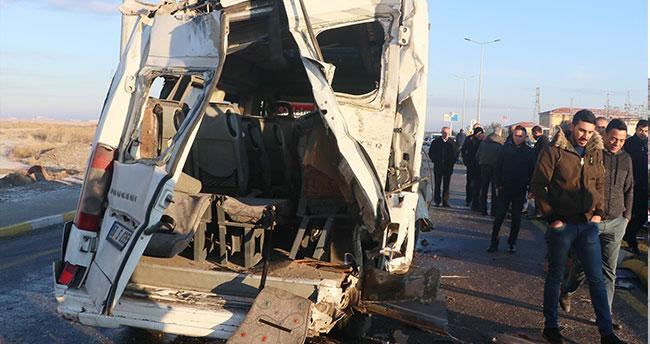 Servis otobüsü ve minibüsü çarpıştı: 17 yaralı
