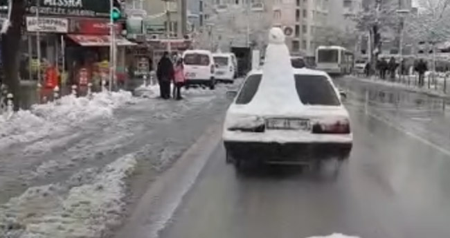 Konya'da kardan adamlı otomobil