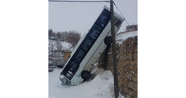 Yolcu otobüsü 6 metrelik duvardan düştü: 1 yaralı