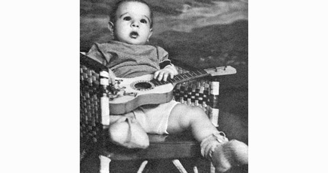 Gitarıyla poz veren bebek, şimdilerde Türkiye'nin efsane ismi