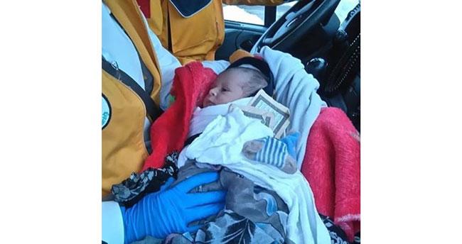 Vicdansızlar bebeği cami avlusuna bırakıp kaçtı