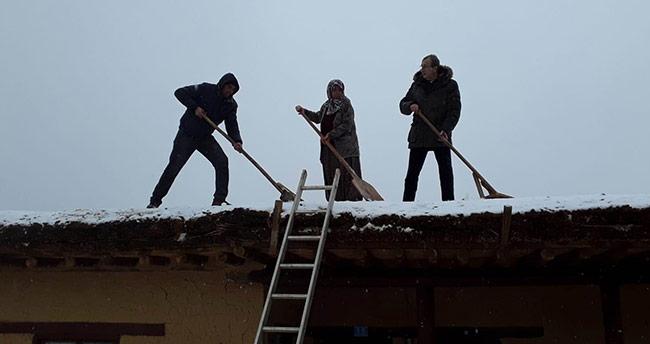 Sonsuz Şükran köyü sanatçıları damlarda kar temizliği yaptı