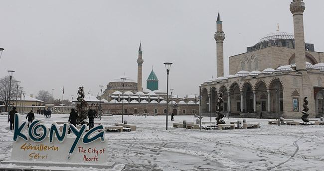 Konya'da etkili olan kar yağışı kartpostallık görüntüler ortaya çıkardı