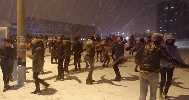 Konya'da üniversite öğrencilerinin kar topu savaşı