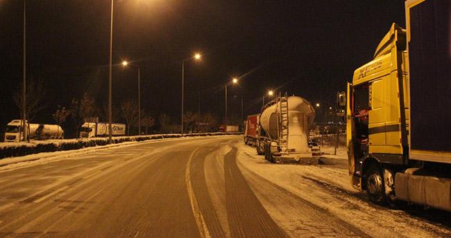 Konya'da etkili olan kar yağışı şehirler arası ulaşımı olumsuz etkiledi