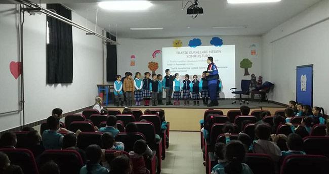 Jandarmadan ilkokul öğrencilere trafik semineri