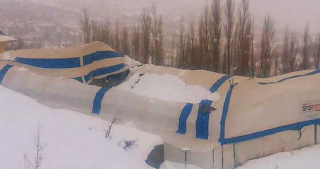 Karaman'da yoğun kar yağışından halı sahanın çatısı çöktü