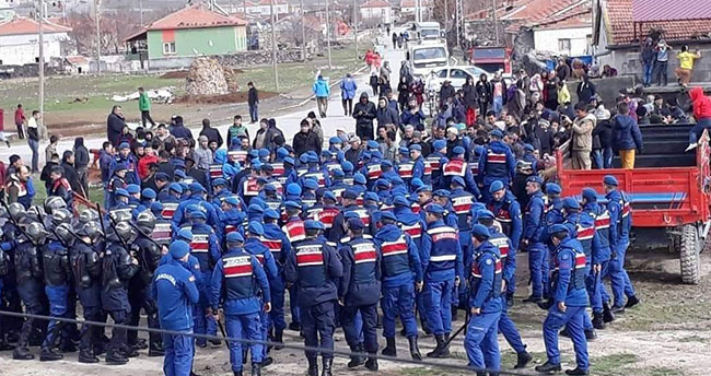 Aksaray'da köylüler yolu trafiğe kapattı