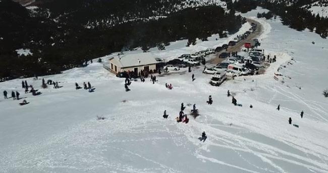 Konya'da tepsi ile kayarken taşa çarpan 2 kişi yaralandı