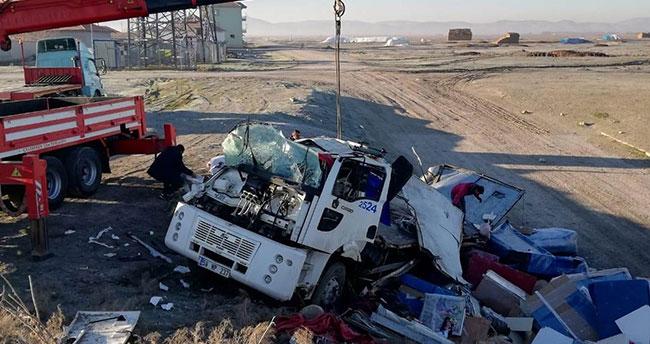 Konya'da kamyon menfeze uçtu: 4 yaralı