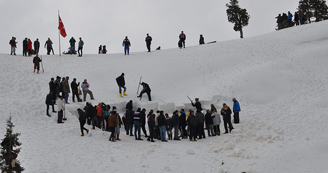 Bin 700 rakımlı dağdaki deliğe kar depoladılar
