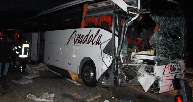 Manisa'da yolcu otobüsü tıra çarptı: 20 yaralı