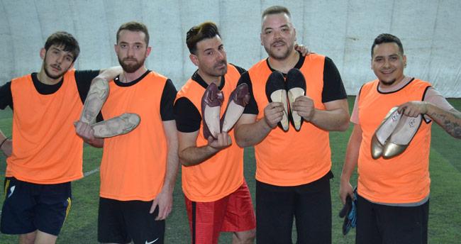 Konya'da topuklu ayakkabı ve babet giyen erkekler kadın futbolcularla maç yaptı