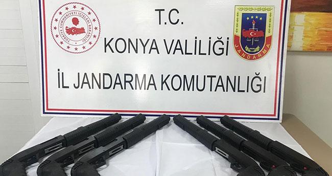 Konya'da Jandarmanın durdurduğu otomobilde 6 adet ruhsatsız tüfek ele geçirildi
