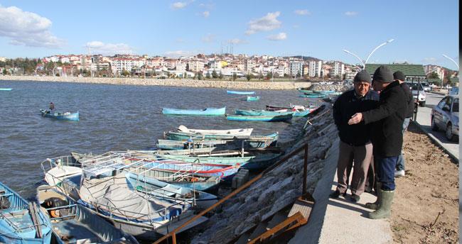 Beyşehir'de balıkçılar, şiddetli rüzgarda tekneleri için seferber oldu