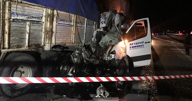 Konya'da minibüsle kamyon çarpıştı: 2 ölü, 13 yaralı