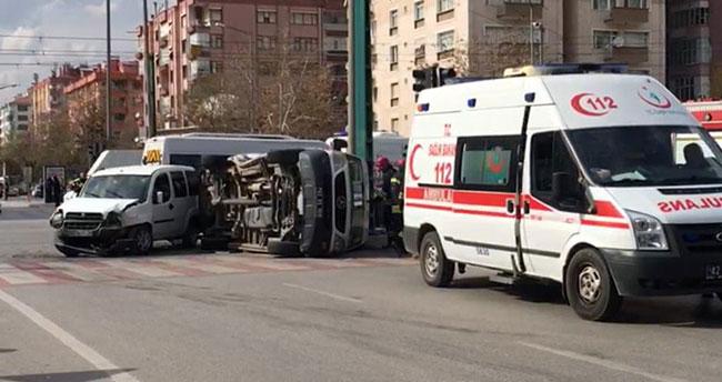 Konya'da ambulans ile hafif ticari araç çarpıştı: 5 yaralı