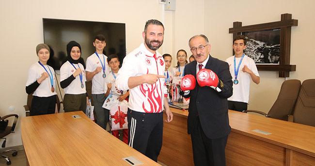 Başkan Bayındır, şampiyon sporcuları ödüllendirdi