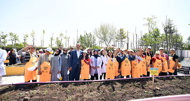 Başkan Altay, özel öğrencilerle fide dikti