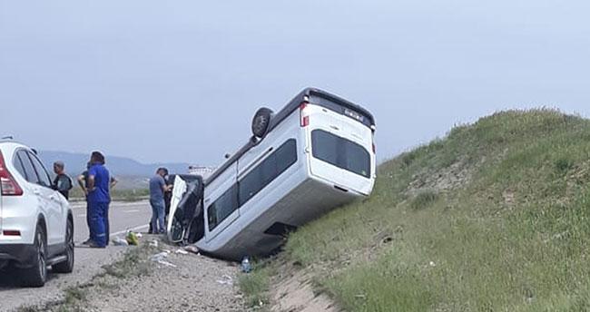 Kırıkkale- Konya yolunda yolcu minibüsü devrildi: 1'i ağır 8 yaralı