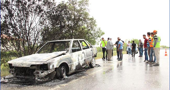 Karaman'da seyir halindeyken alev alan otomobil demir yığınına döndü