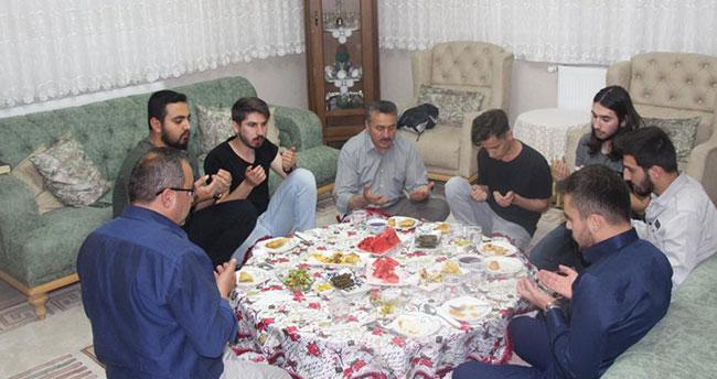 Belediye Başkanı Tutal, iftarda öğrencileri evinde konuk etti