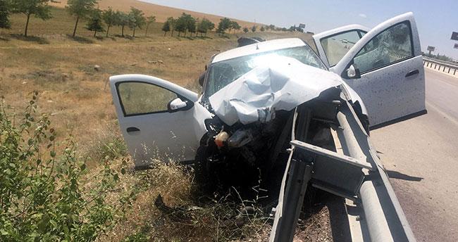 Konya'da bariyer otomobile ok gibi saplandı: 2 yaralı