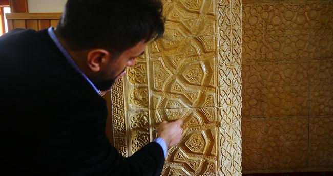"""Tarihi mescidin """"figürlü"""" mihrabı dikkati çekiyor"""