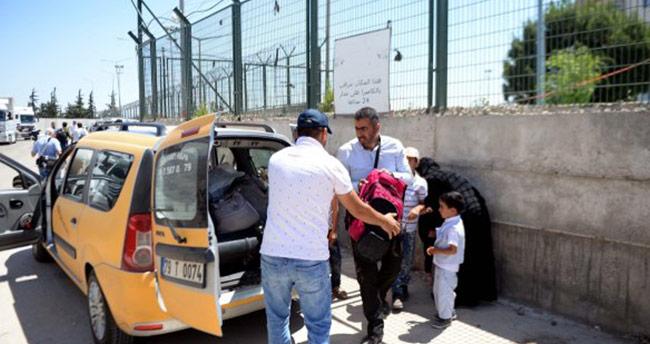 Suriyeliler sınır kapısından taksilerle evlerine gitti