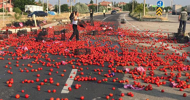 Konya'da karayolu domates tarlasına döndü