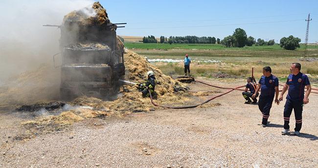Konya'da balya yüklü kamyon elektrik tellerine takıldı, alev alev yandı