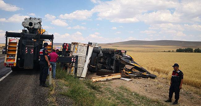 Aksaray'da iş makinesi yüklü kamyon devrildi: 1 yaralı