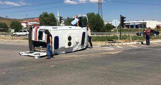Konya'da hasta taşıyan ambulans kaza yaptı: 5 yaralı