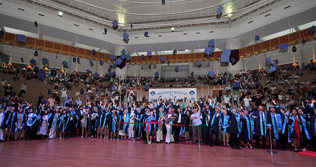 NEÜ 5 bin yeni mezun verdi