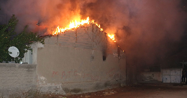 Konya'da yangın çıkan evdeki vatandaşı yanmaktan polis ekipleri kurtardı