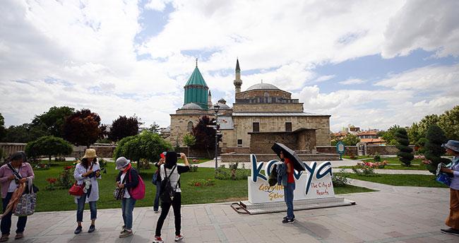 """Konya'ya rekor ziyaretçi! Mevlana'nın """"gel"""" çağrısına yılın ilk yarısında 1,3 milyon kişi uydu"""