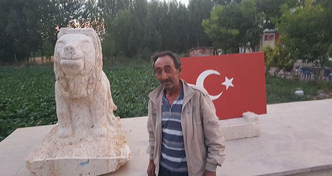 Konyalı şehidin komşusu onun anısına bayrak ve aslan figürü yaptı