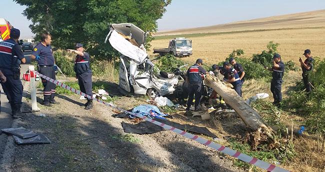 Konya'da hafif ticari aracın ağaca çarptığı kazada kişi 3 öldü