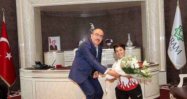 Başkan Kavuş şampiyon sporcuları ağırladı