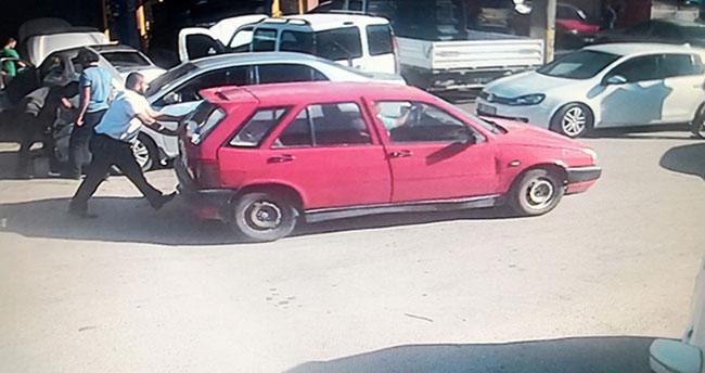 Satıp parasını alamadığı otomobilini iterek kaçırırken güvenlik kamerasına yakalanan Aksaraylı…