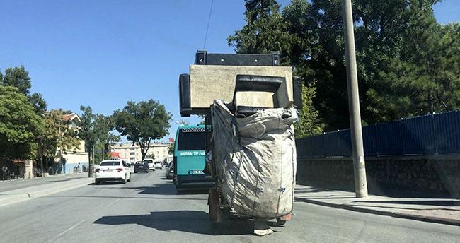 """Konya'da kağıt toplayıcısının """"koltuk takımı"""" ile tehlikeli yolculuğu"""