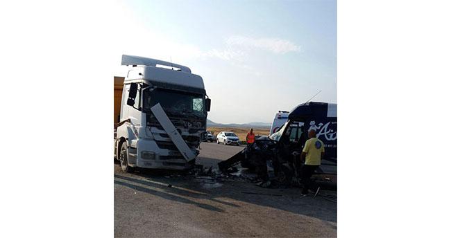 Aksaray'da minibüs park halindeki tıra çarptı: 1 ölü