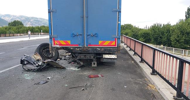 Afyonkarahisar-Konya karayolunda otomobil arızalanan kamyona çarptı: 1 ölü, 3 yaralı