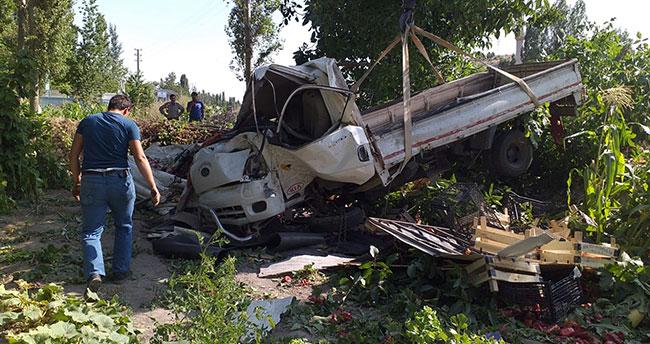 Konya'da sebze yüklü kamyonet devrildi: 2 yaralı