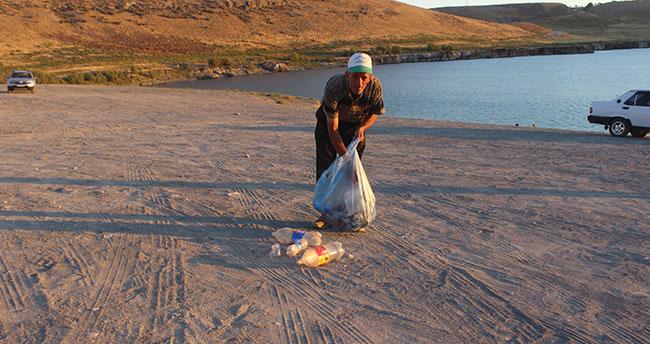 Alkışı hak eden Konyalı! Tek başına Acıgölde gönüllü çevre temizliği yapıyor